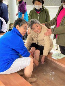 理事長と最年長の利用者さんが一緒に足湯体験